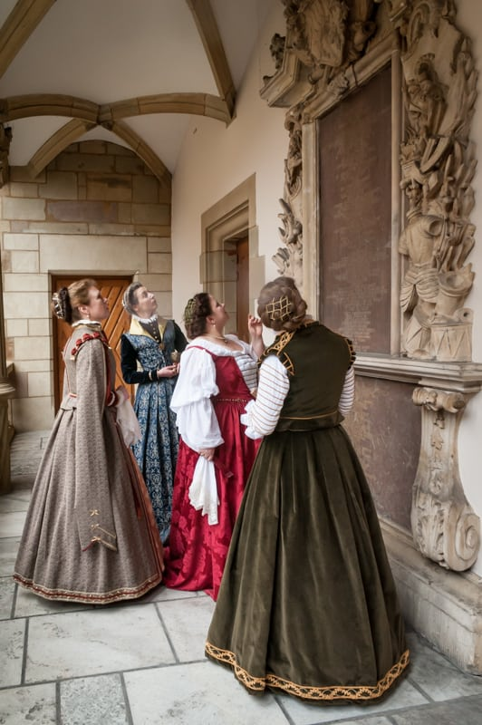 Vier Damen vor einem Epitaph
