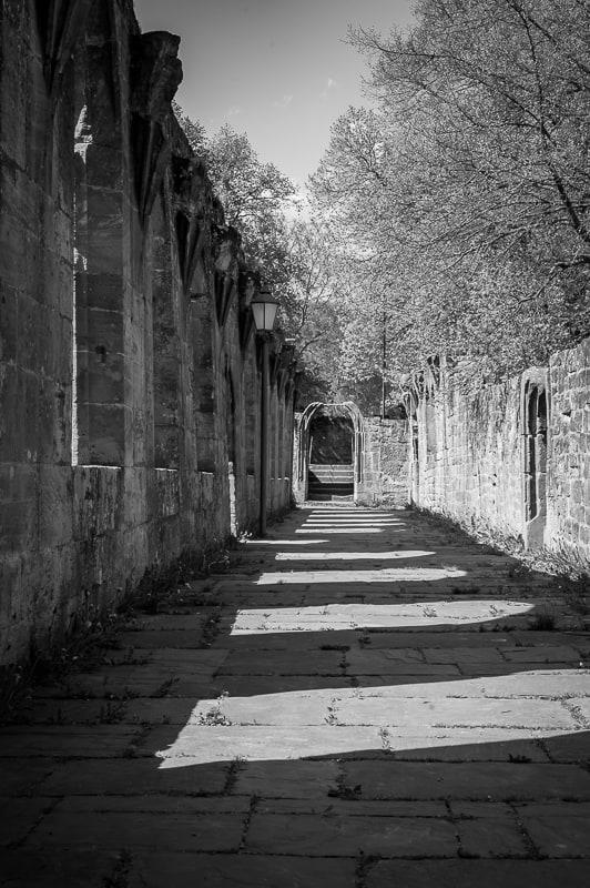 Steinmauer in schwarzweiss