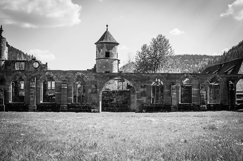 Steinmauern mit gotischen Fensterbögen in schwarzweiss