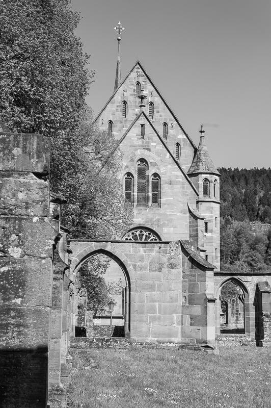 mittelaterliche Kapelle mit Kreuz auf der Turmspitze