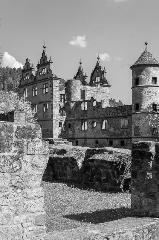 Schlossruine in schwarzweiss