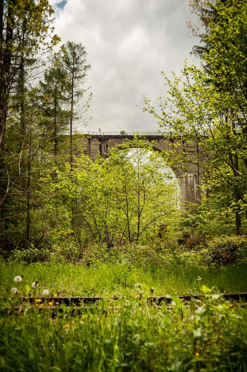 Blick auf Stahlbetonbrücke paralell zur Stumpfwaldbahn