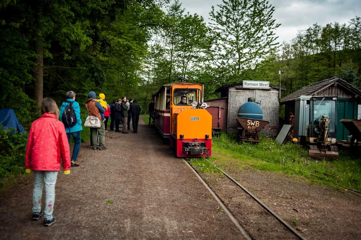 Lokomtive und Wagen im Bahnhof Ramsen West