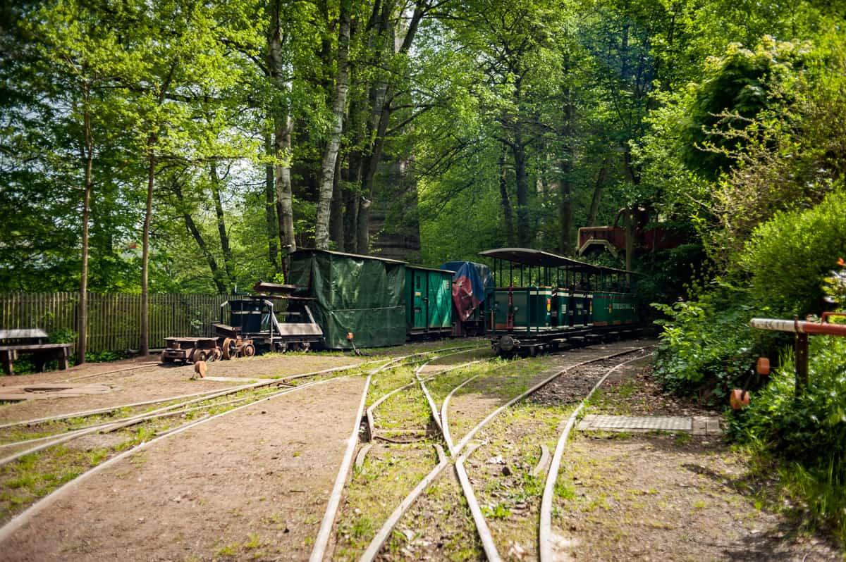 Abstellgleise mit verschiedenen Wagen am Bahnhof Eiswoog