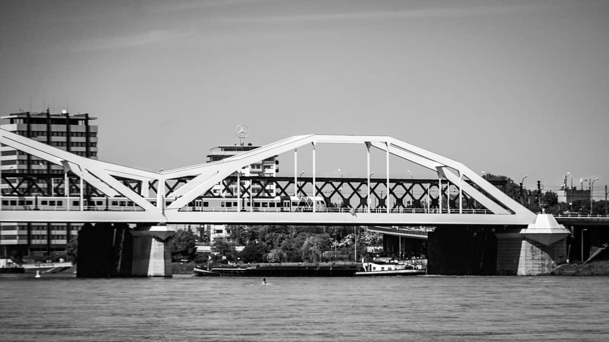 Blick auf Rheinbrücke die Ludwigshafen und Mannheim verbindet