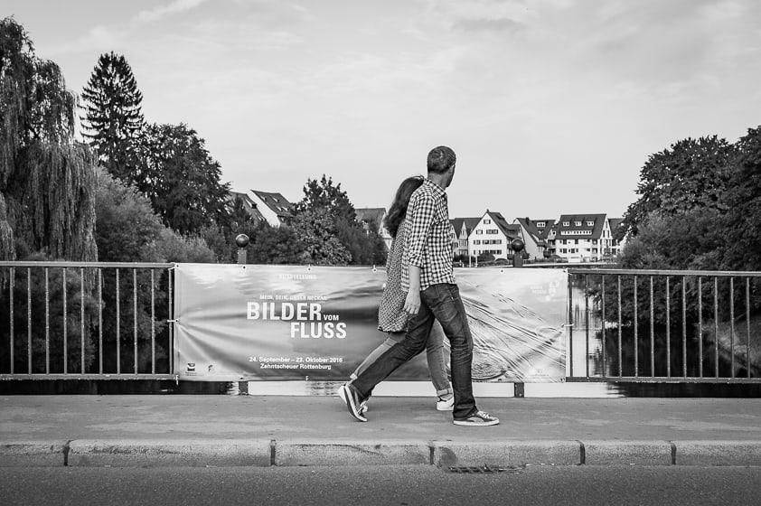 Zwei Menschen laufen gemeinsam ueber eine Brücke, referenzen