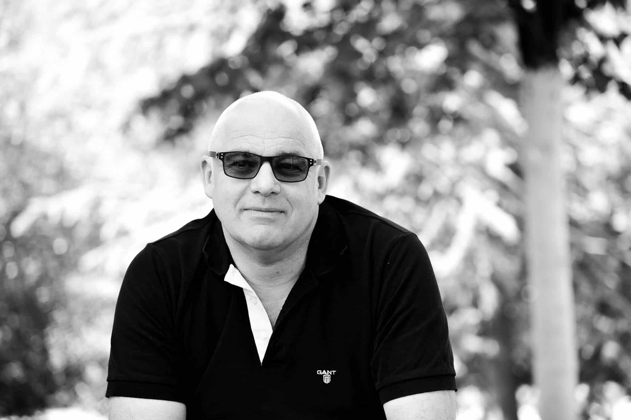 Herrenporträt mit Sonnenbrille in Schwarzweiß