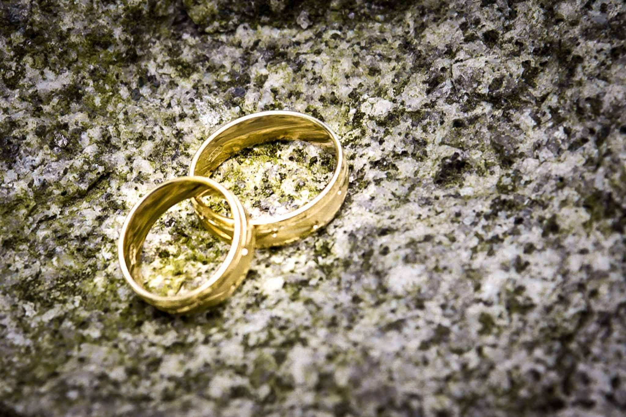Ringes des Brautpaares auf einem Stein, Bildoptimierung