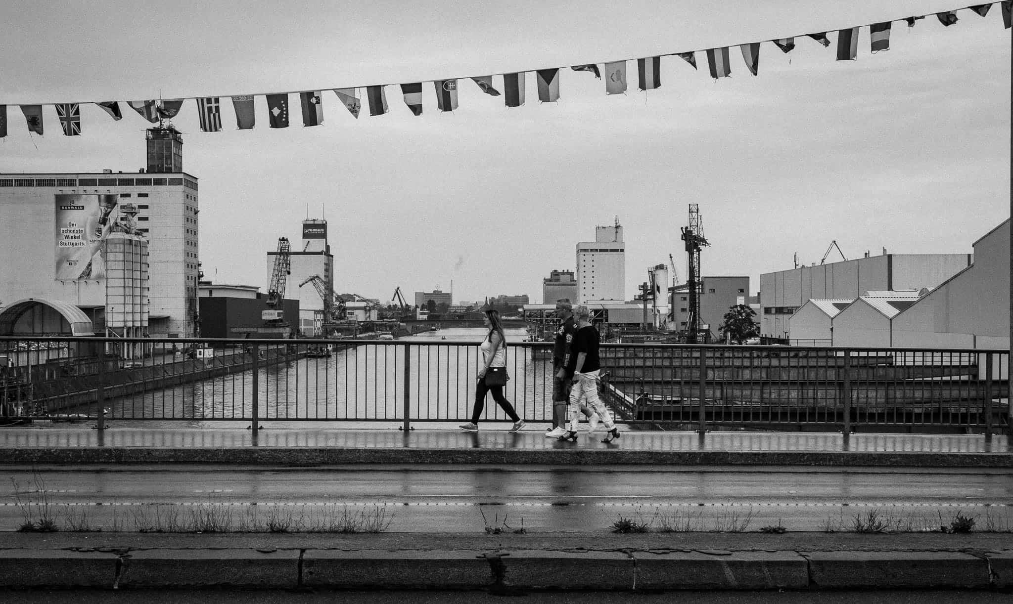 Neckarhafen, Menschen überqueren Brücke