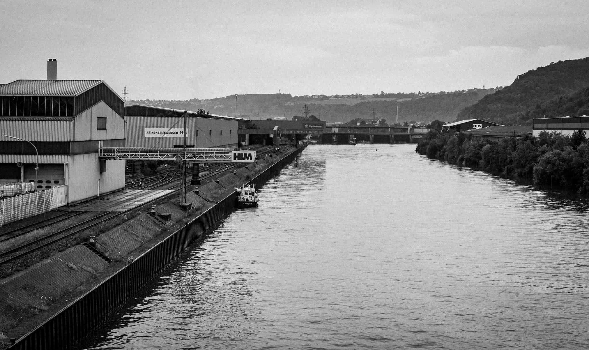 Neckarhafen, Industriegebäude und Staumauer