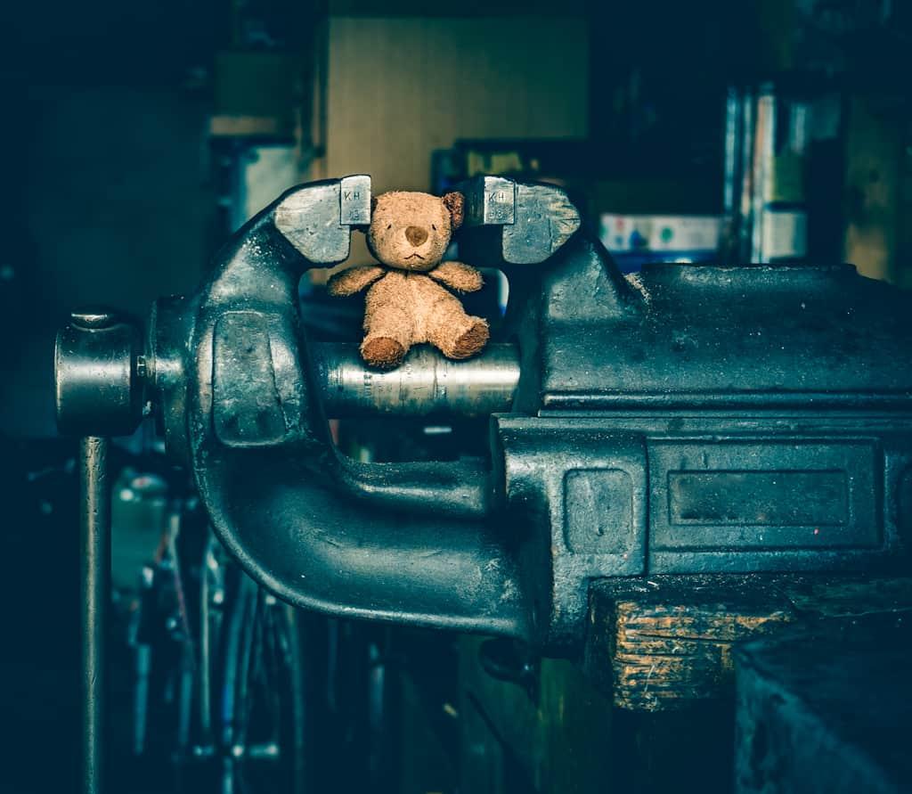 Fotokunstwerk, Teddy im Schraubstock