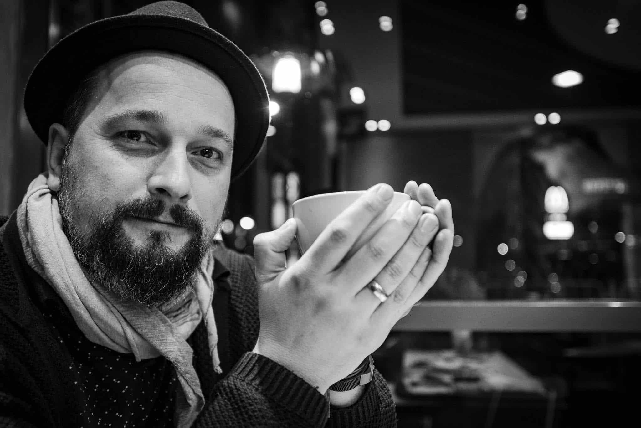 Entspannter Mann beim Tee trinken, Männerportraits,